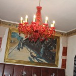 Kronleuchter und Kunst im Restaurant
